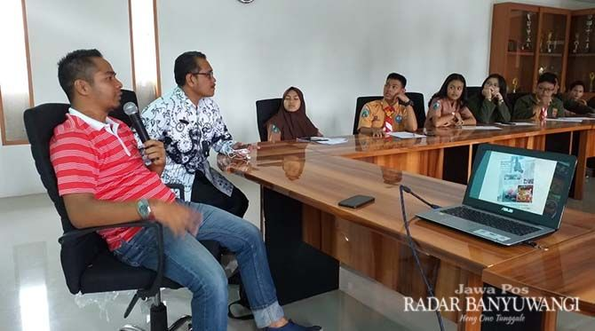 PROGRAM EDUKASI: Manajer Event Gerda Sukarno memaparkan program muhibah pelajar di SMAN 1 Giri.