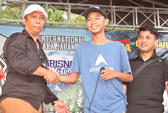 PANITIA: Owner Jet Joglo 66 trail adventure Tri Dwi Hantoro menyerahkan kunci motor pada pemenang.
