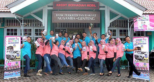 SEMANGAT: Para karyawan BPR Nusamba Genteng siap memberikan layanan yang terbaik kepada nasabah kreditnya.