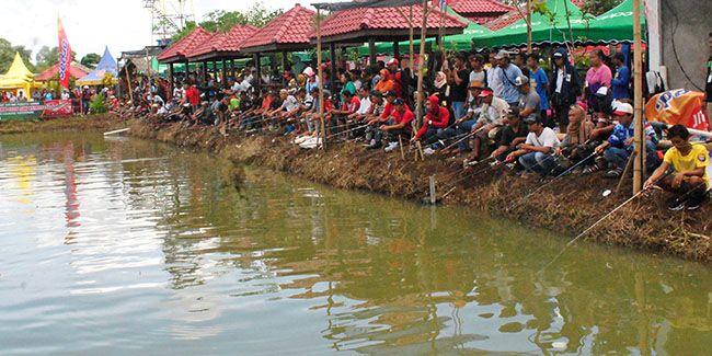 ANTUSIAS: Peserta lomba mancing sak kesele tampak serius di kolam pancing Waterpar Cluring, kemarin (3/2).