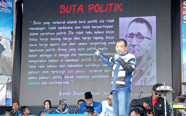SEMANGAT: Michael Edy Hariyanto menyampaikan pesan  penyair Jerman bernama Berthold Brecht Minggu kemarin di Rogojampi.