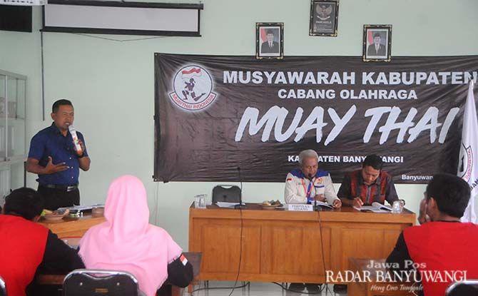 ASA TINGGI: Khairullah menyampaikan program jangka pendek usai terpilih sebagai Ketua Pengkab Muaythai Banyuwangi kemarin.