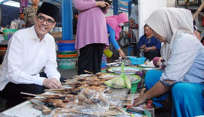 SAMBANGI PEDAGANG: Caleg DPR RI nomor urut 5 dari PKB H Sukron Ma'mun Hidayat, S.Hum saat mengunjungi pasar Blambangan Minggu kemarin
