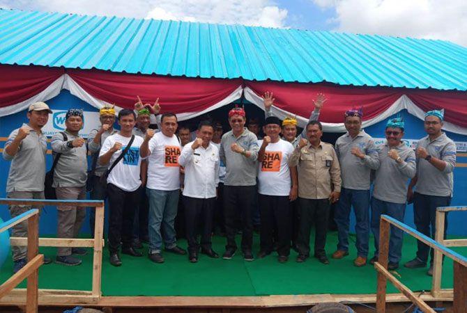 ABADIKAN MOMEN: Direktur Operasi II PT. Wika, Bambang Pramudjo (lima dari kanan), Wabup Yoyok (lima dari kiri), foto bersama di perpustakaan apung