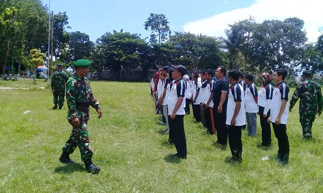 LATIH DISIPLIN: Instruktur dari Kodim 0825 Banyuwangi melatih PBB di Lapangan Glagah, kemarin (20/2).