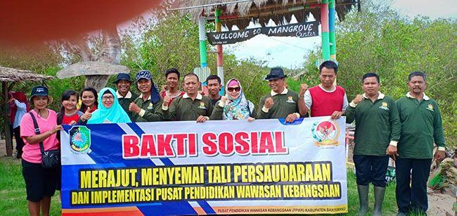 BAKTI SOSIAL: Awal tahun 2019, tim PPWK melaksanakan kegiatan penanaman mangrove di Mangrove Center Desa Bengkak, Wongsorejo.