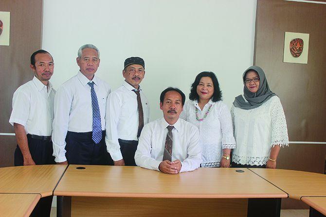 KOMPAK: Kepala SMK PGRI 1 Giri bersama jajaran manajemen sekolah.