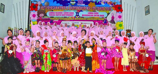 ASAH KREATIVITAS: Ketua Bhayangkari Cabang Banyuwangi, Ny Puspa Taufik (tengah) bersama peserta lomba ashion show anak kreasi batik Banyuwangi, kemarin (3/3).
