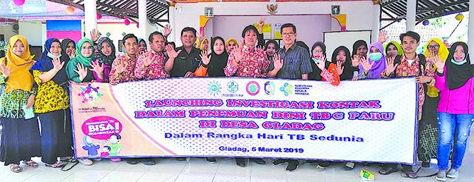 SALAM TOS:  Kader program investigasi kontak dalam penemuan dini TBC Paru Puskesmas Gladag siap bekerja usai di-launching di Balai Desa Gladag, kemarin (5/3).
