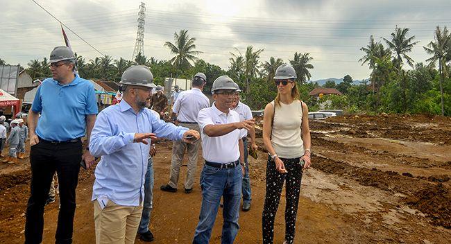 TINJAU LOKASI: Owner Stadler Rail Group Peter Spuhler (depan, kiri) mendengar pemaparan rencana pembangunan pabrik Inka di Desa Ketapang, Kecamatan Kalipuro kemarin (8/3).