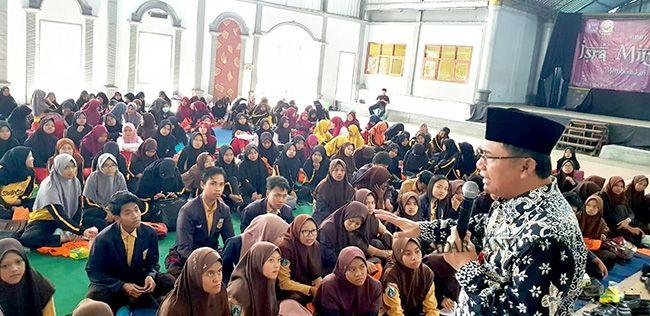 SISWA BERPRESTASI: Kepala Dinas Pendidikan Sulihtiyono saat memberikan sambutan pada peserta penerima beasisa Banyuwangi Cerdas di SMAN 1 Genteng pada Sabtu (9/3)