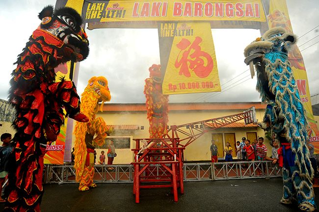 BERANI: Barongsai beraksi di halaman Tempat Ibadah Tri Dharma Hoo Tong Bio Banyuwangi sore kemarin.
