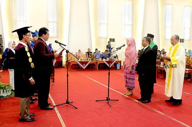 SUMPAH JANJI: Prosesi pelantikan dan sumpah janji profesi ners oleh Perwakilan PPNI Jawa Timur, Dr. Tri Johan Agus Yuswanto SKp M.Kep.