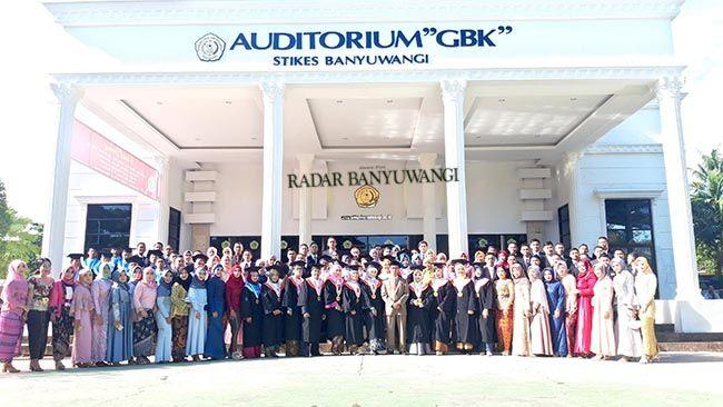 FOTO BERSAMA: Peserta wisudawan ahli madya farmasi, sarjana keperawatan, serta profesi ners dengan Ketua Stikes didepan Auditorium GBK.