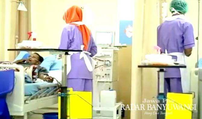 PERAWATAN: Penderita gagal ginjal menjalani cuci darah (hemodialisis) di RSU Bhakti Husada, Krikilan, Kecamatan Glenmore.