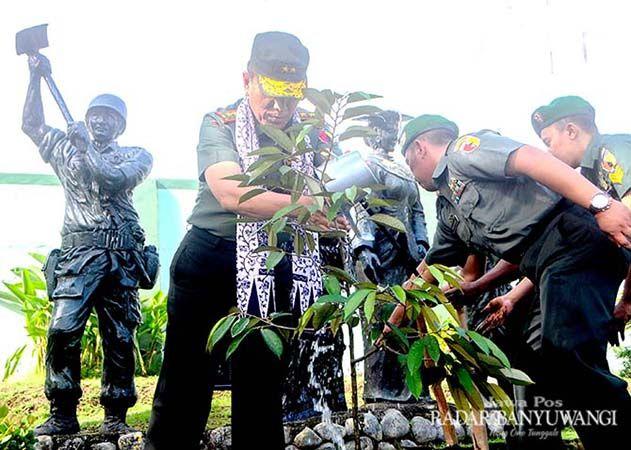 KUNJUNGAN PERDANA: Pangdam Mayjen TNI R. Wisnoe Prasetja Boedi menanam pohon durian di depan monumen Kodim 0825 Banyuwangi, Seni (18/3).