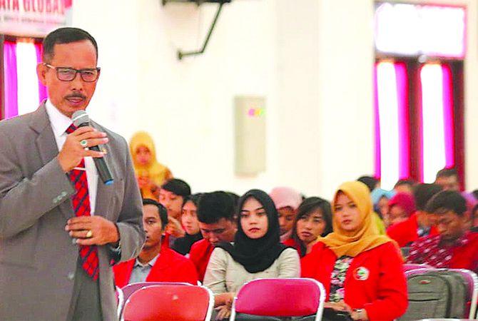 SEMINAR: Ketua Bidang Pencegahan dan Peningkatan Kapasitas KY Joko Sasmito menjadi narasumber di auditorium Untag, kemarin (21/3).