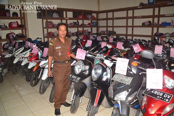 TERDAFTAR: Sejumlah barang bukti motor yang tersimpan rapi di gudang barang bukti Kejaksaan Negeri Banyuwangi.