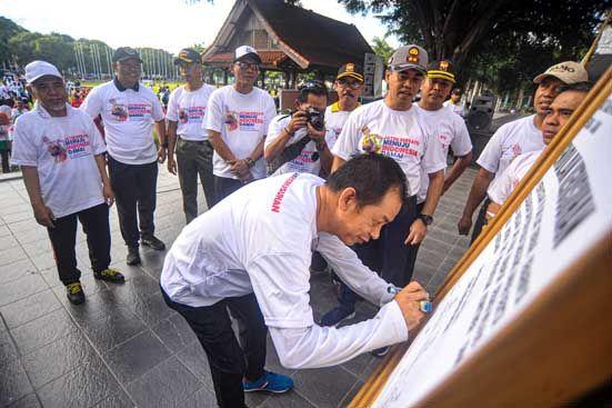 BUBUHKAN TANDA TANGAN: Ketua DPC PD Michael Edy Hariyanto
