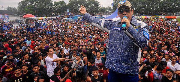 KAMPANYE AKBAR: Ketua DPC PD Michael Edy Hariyanto saat kampanye di Lapangan Purwoharjo 12 April 2019