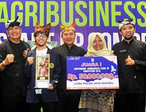 SANG JUARA: Daka dan Dewi berfoto besara Kepala Dinas Pertanian Arief Setiawan dan jajaran Disperta Banyuwangi.