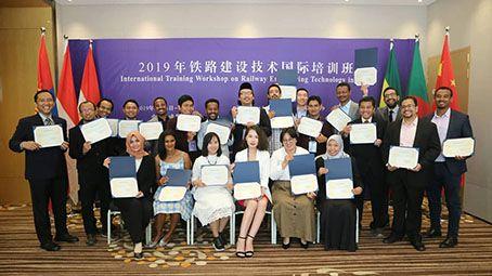 BELAJAR KE CHINA: Empat dosen Poliwangi Jurusan Teknik Sipil bersama delegasi lainnya saat berfoto bersama di China Railway Eryuan Group Co. Ltd