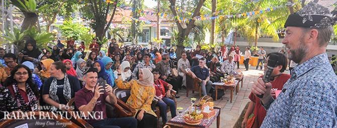 GAYENG: Wakil Kedutaan Besar Australia Allaster Cox melakukan tanya jawab kepada siswa SMKN 1 Banyuwangi.