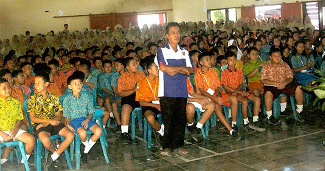 SEMANGAT: Para siswa baru SMPN 1 Cluring mengikuti penutupan MPLS di aula sekolah, kemarin (17/7).