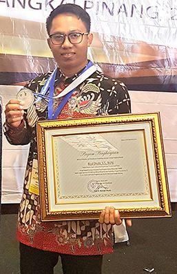BERDEDIKASI: Kepala Sekolah PKBM Miftahun Najah, Kalibaru, Rizal Dofir saat membawa pulang juara 2 nasional GTK PAUD dan Dikmas Berprestasi dan berdedikasi tingkat nasional di Pangkal Pinang
