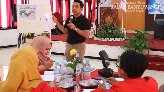 PELATIHAN: Taufan B. Umbara, Business Strategic Advisor Yayasan Pro Indonesia paparan smart business map kepada mahasiswa dan alumni Untag di auditorium Untag, Sabtu siang (3/8).