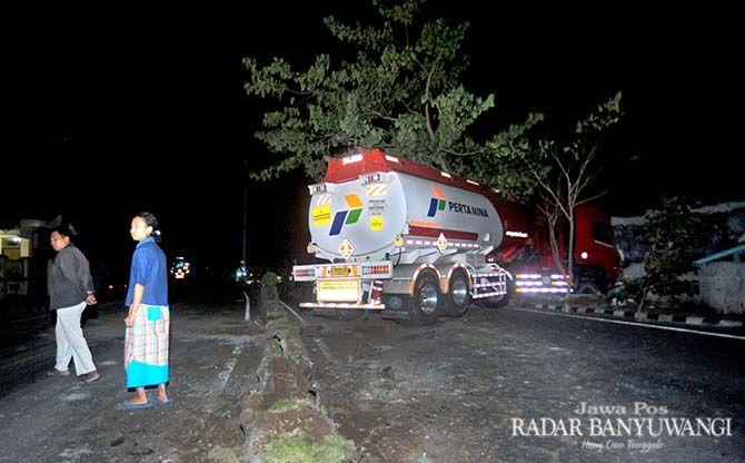 DIDUGA SOPIR NGANTUK: Truk Tangki BBM milik Pertamina menabrak rumah di Jalan Brawijaya Banyuwangi.