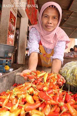 MEROKET: Salah satu pedagang cabai menjajakan dagangannya di Pasar Genteng II, Kamis (15/8).