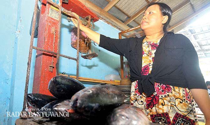 SEDANG MUSIM: Pengepul ikan, Dwi Indarti, menimbang hasil tangkapan ikan tengiri yang diperolehnya dari nelayan Bulusan.