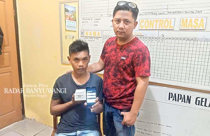 DIAMANKAN: Rizki Yogi Darmawan (kiri) diamankan Unit Reskrim Polsek Cluring, kemarin (8/9)