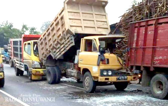 KECELAKAAN: Tiga truk terlibat kecelakaan beruntun di Jalan Raya Jember masuk Desa Wadung, Kecamatan Glenmore, Sabtu pagi (14/9).