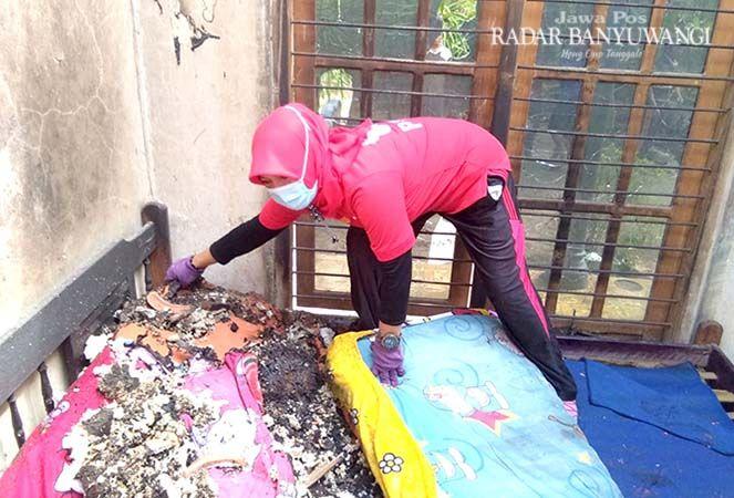 DIBENAHI: Warga membersihkan sisa-sisa kebakaran yang menimpa rumah milik Imam Bahroni. Rumah ini rusak akibat kebakaran yang terjadi Kamis (12/9) lalu.