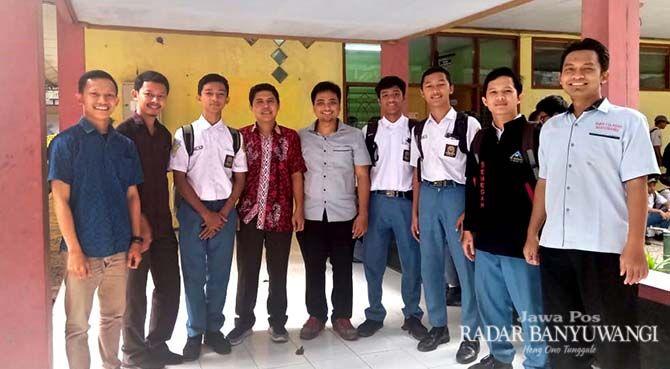 FOTO BERSAMA: Tim Pengabdian Masyarakat Poliwangi menginisiasi pembuatan virtual tour berbasis website untuk SMKN 1 Glagah.