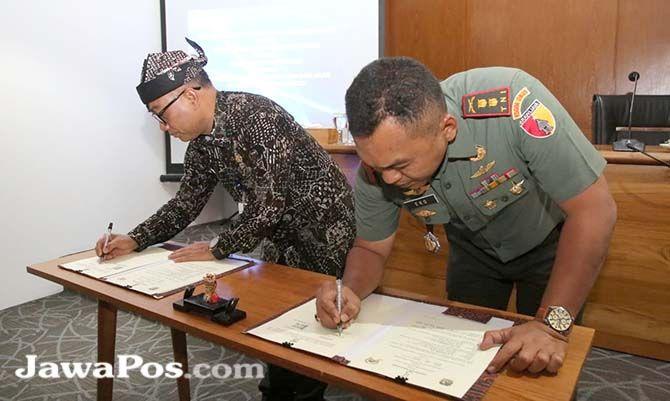 SAMPAH PLASTIK : Sekretaris Kabupaten (Sekkab) Mujiono dan Komandan Kodim (Dandim) 0825 Letkol (Inf) Yuli Eko Purwanto meneken kerja sama kampanye pengurangan sampah plastik.