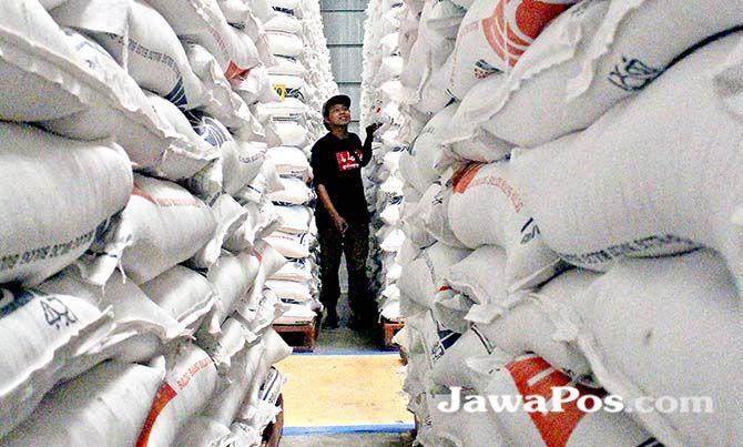 PENUH: Gudang beras milik bulog di Desa Ketapang, Banyuwangi. Mengantisipasi lonjakan harga pascapanen, sebanyak 15 ton beras disebar di sejumlah pasar.