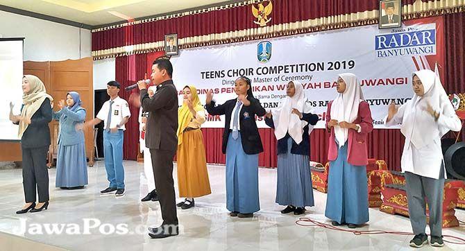 PRAKTEK: Para peserta latihan menjadi derigen yang dipandu dari Humas Pemkab Banyuwangi di aula SMK 17 Agustus Cluring, kemarin (30/9).