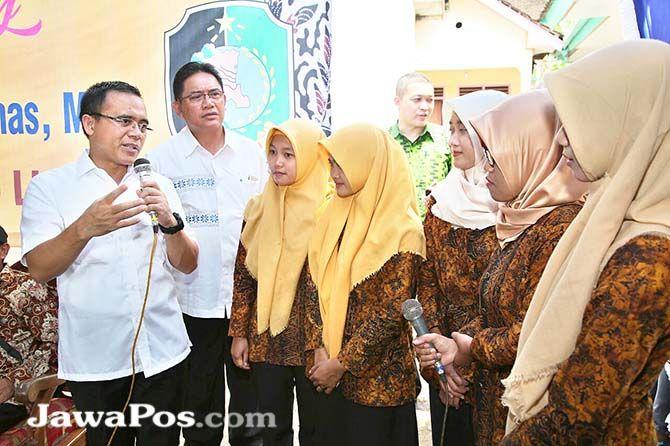 PEMERTAAN KUALITAS PENDIDIKAN: Bupati Abdullah Azwar Anas dan Kadis Pendidikan Sulihtiyono mengunjungi guru yang bertugas di pelosok desa dalam program Banyuwangi mengajar beberapa waktu lalu.