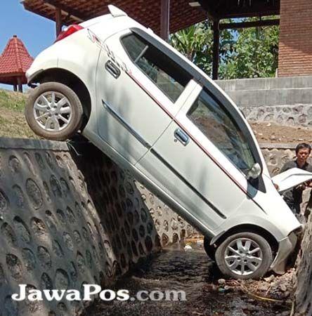 NYEMPLUNG: Mobil Toyota Agya nyungsep ke parit dekat RTH Singojuruh, Kecamatan Singojuruh, Sabtu (5/10).