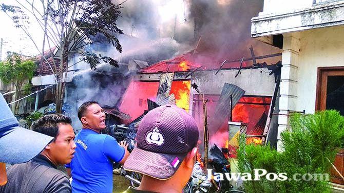 HARUS ANTISIPASI: Kebakaran hebat meluluhlantakkan rumah sekaligus gudang motor bekas di Lingkungan Krajan, RT 02, RW 2, Kelurahan Boyolangu, Kecamatan Giri, Sabtu (14/9) lalu.
