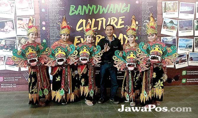 POTENI SENI: Penampilan Tari Jaripah oleh pelajar SMK Ihya' Ulumudin dalam acara Banyuwangi Culture Everyday di Taman Blambangan, Jumat malam (4/10).