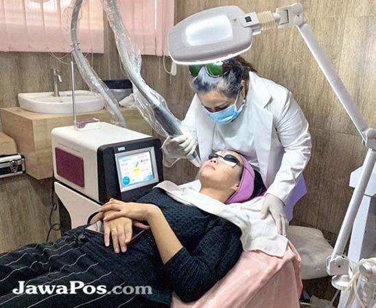 TEKNOLOGI TERKINI: Dr Yulia S. Leatemia melakukan Facial Treatment Laser.