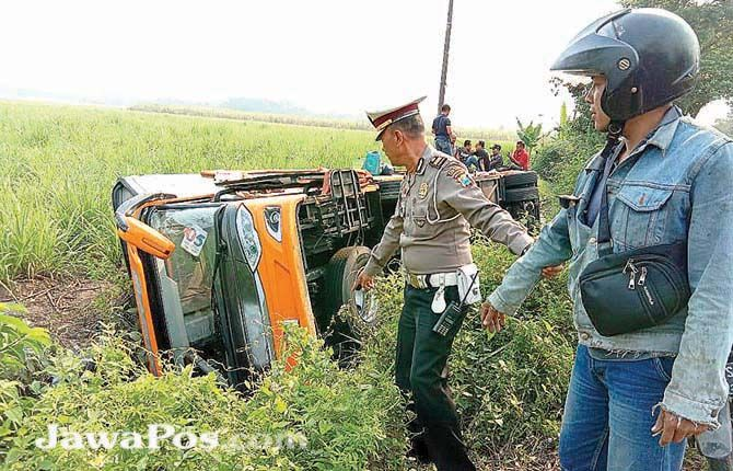 NYUNGSEP: Bus yang ditumpangi rombongan SMAN 2 Genteng terguling di  Desa Sukosari Kecamatan Jatiroto, Kabupaten Lumajang, kemarin (20/10).