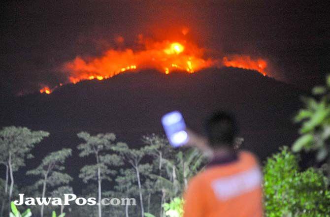 SULIT DIPADAMKAN: Angin kencang semakin meratakan persebaran api hingga kawasan Merapi Ungup-Ungup. Foto diambil pukul 19.00 tadi malam dari Agro Wisata Tamansuruh.