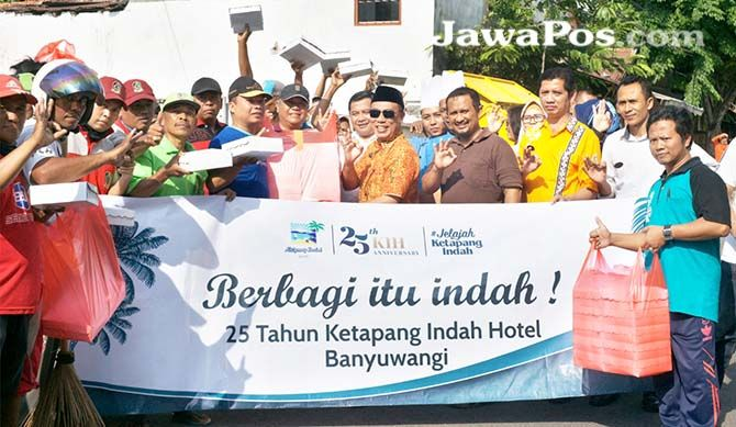 BAGI KASIH: Manajemen Ketapang Indah membagikan ratusan kotak nasi kepada petugas Kebersihan di pasar Blambangan kemarin (25/10)