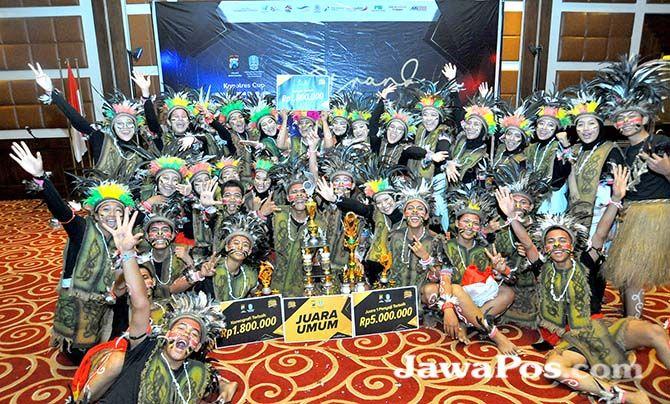 JUARA UMUM: Tim paduan suara SMAN 1 Banyuwangi tampil luar biasa dalam final TCC di Hotel Ketapang Indah, Senin malam kemarin (28/10).