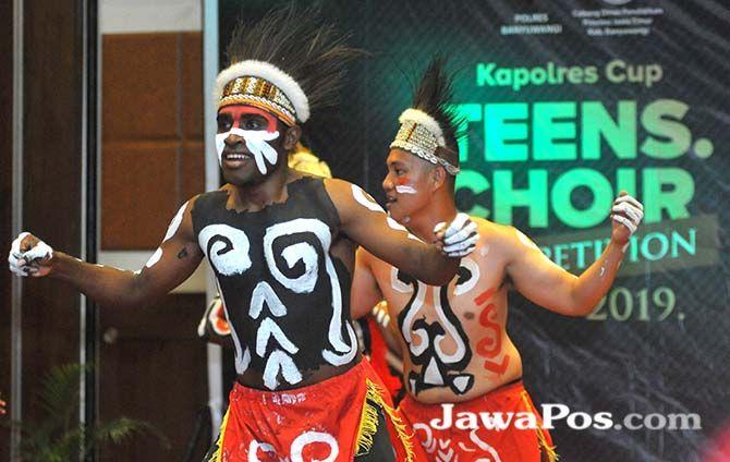 ASLI DARI PAPUA: Taruna Akademi Penerbang Indonesia (API) Banyuwangi ikut tampil pada malam puncak lomba paduan suara antarSMA se-Kota Gandrung di Hotel Ketapang Indah.